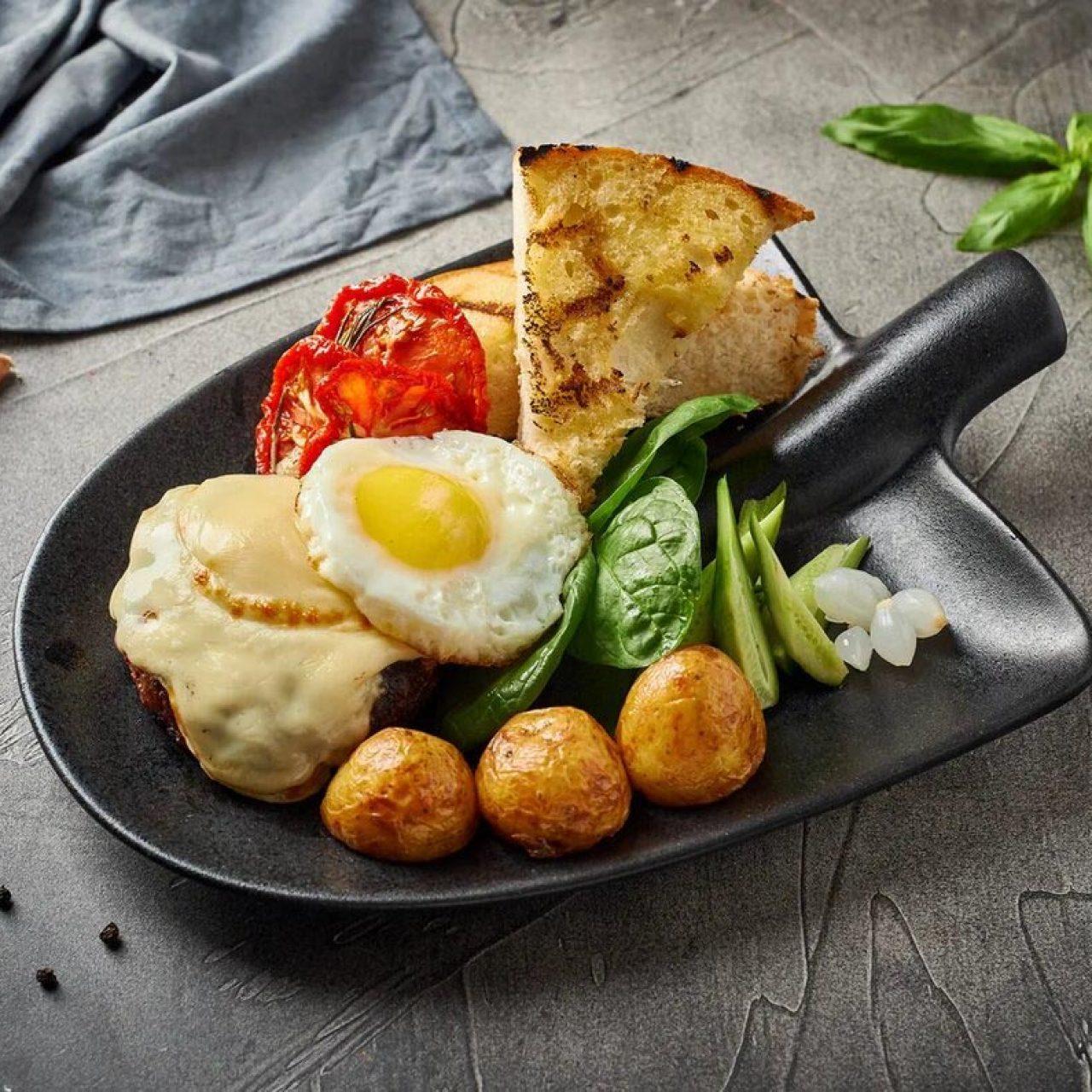Бифштекс с жареным яйцом,моцареллой ,печеным картофелем